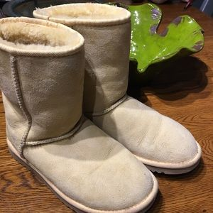 Like New Spring snow UGGS! Yellow suede. So cute!